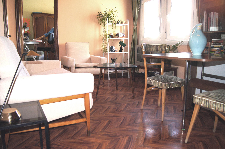 Modernizar una sala de estar con piezas de condecórate