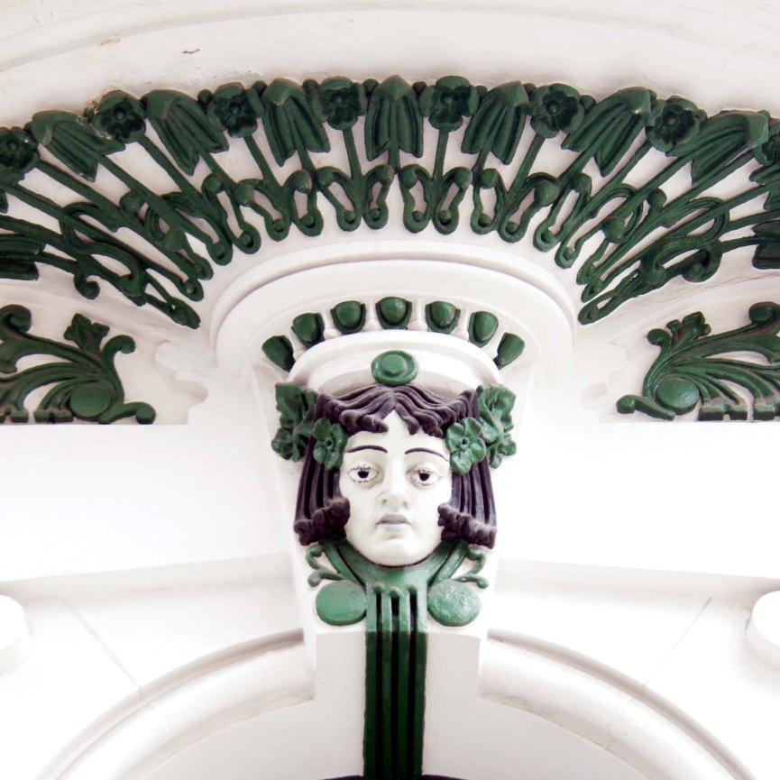 Casa San Nicolas 13. Detalle modernista en balcón