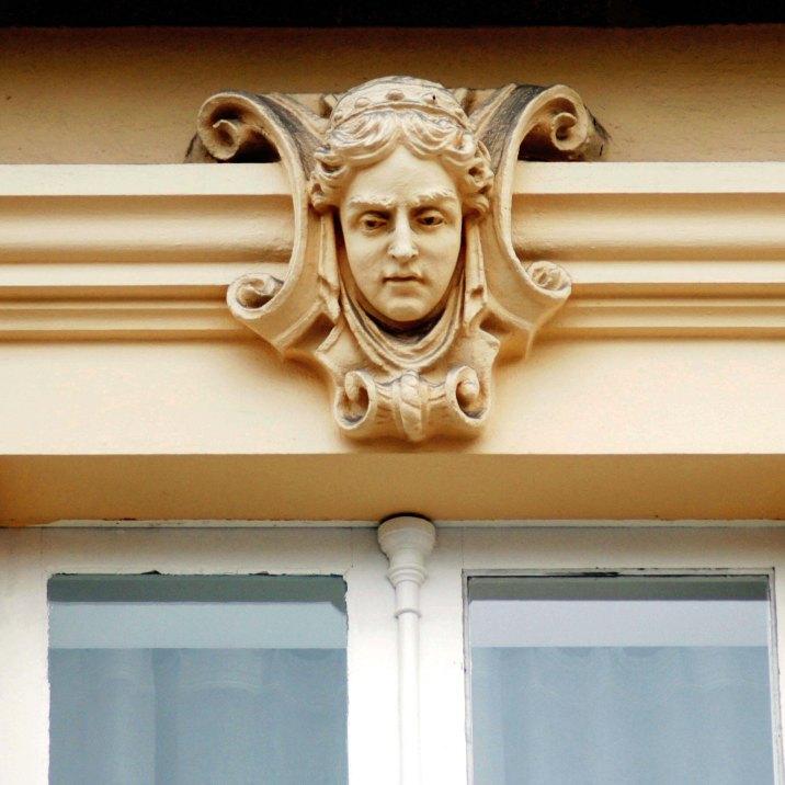 Detalle rostro mujer modernista