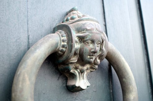 Tirador en puerta modernista