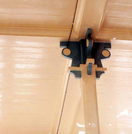 Pilar de madera interior con detalle encuentro modernista