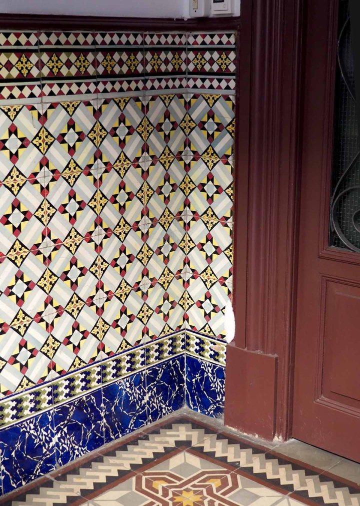 Azulejo hidráulico en portal de viviendas de Santiago de Compostela