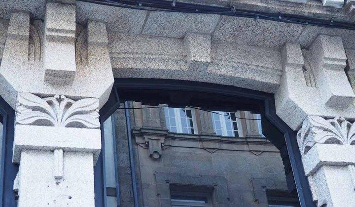 Capiteles modernistas de líneas florales