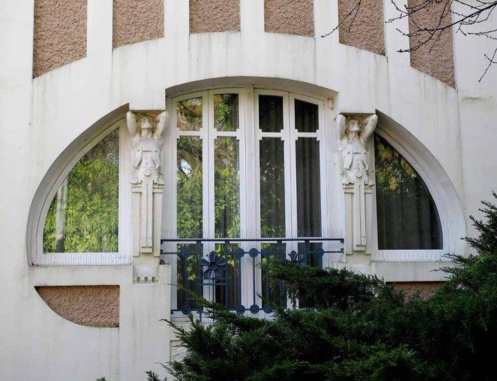 Arco oval. Ornamento altantes griegos. Modernismo compostelano