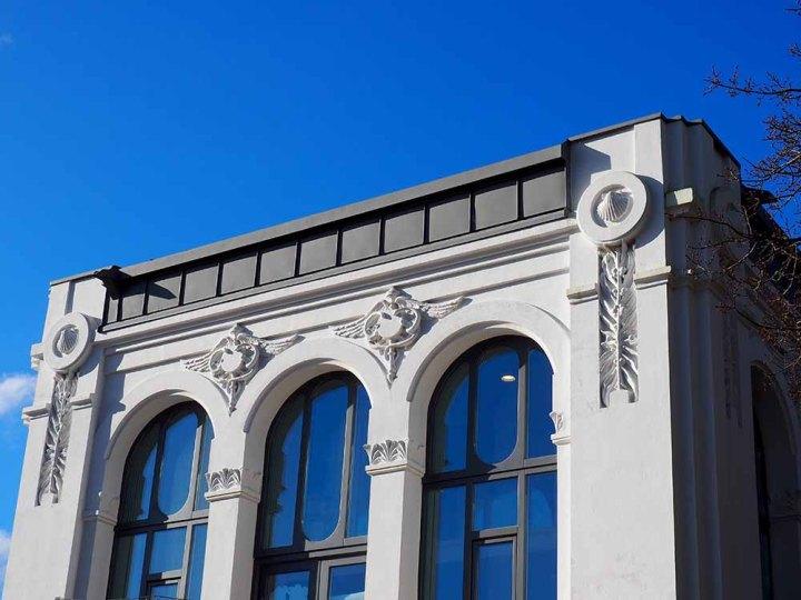 La concha de vieira está presente en los ornamentos modernistas de la obra