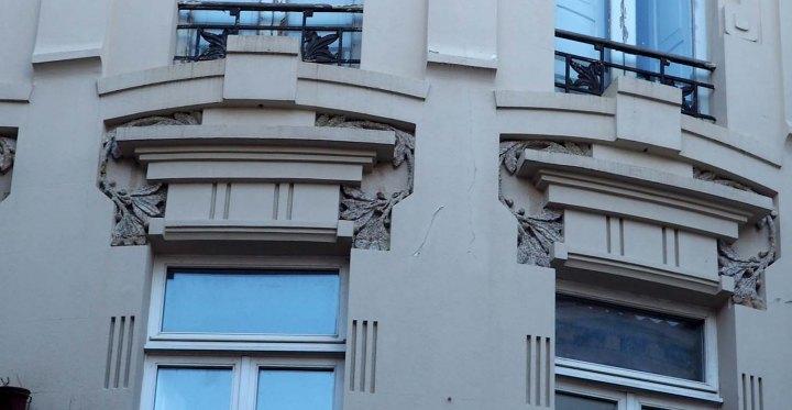 Dinteles geómetricos de líneas y ornamento modernista